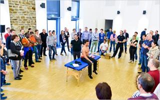 Die Massageliegen aus unserem Seminarverleih kamen auch bei Gruppendemonstartionen zum Einsatz.   Bild mit freundlicher Erlaubnis der Ludwig Artzt GmbH