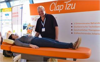 Viele der teilnehmenden Therapeuten hatten schon von WaveMOTION gehört und ließen sich das 3-Dimensionale Behandlungskonzept von Matthias Kühl vorstellen.   Bild mit freundlicher Erlaubnis der Ludwig Artzt GmbH